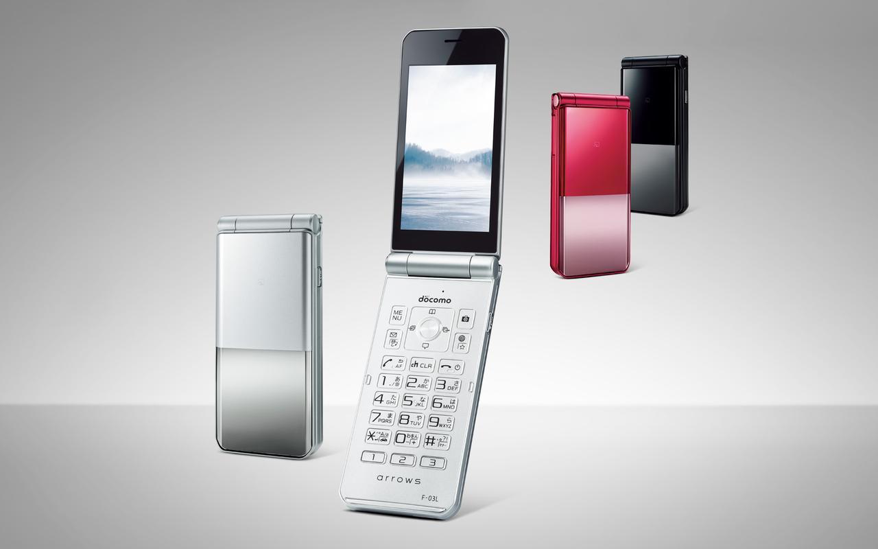 画像: ワンプッシュで開く折り畳み型。折り畳んだ状態でも時計を表示できる。ベース色はシルバー、ブラック、レッドの三色展開だが、どの色にも三色のリヤカーバーが付属するので、気分で使い分けることも可能。 www.nttdocomo.co.jp