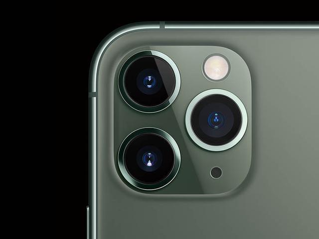 画像: 超広角(13ミリ)、広角(26ミリ)、望遠(52ミリ)という組み合わせの3眼カメラ。広角撮影時は超広角でも同時に撮影しており、あとから加工することが可能だ。