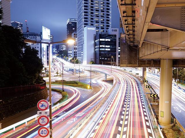 画像: 長時間露光によってクルマのヘッドライトの軌跡をとらえる「ライトトレイル」をXシリーズとして初搭載。