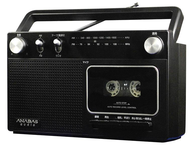 画像: 1970年代のラジカセを思わせるシンプルなスタイル。AC電源のほかに単2月電池6本でも駆動。
