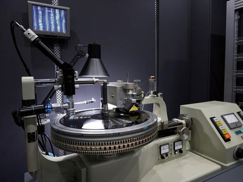 画像: ソニー・ミュージックスタジオはレコード製造用マスターのカッティングマシンを2年前に導入。アナログの自社一貫生産を行う。