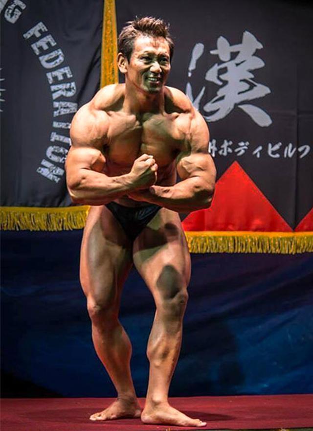 画像: ボディビルの大会に出場する播磨さん。筋肉を維持しつつ脂肪を落とすためにサツマイモは欠かせない