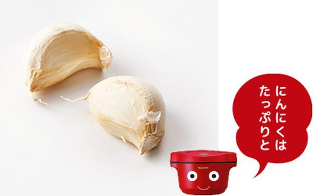 画像: にんにくの風味を楽しむため、2かけ使用。香りが引き立つよう、薄切りにして。