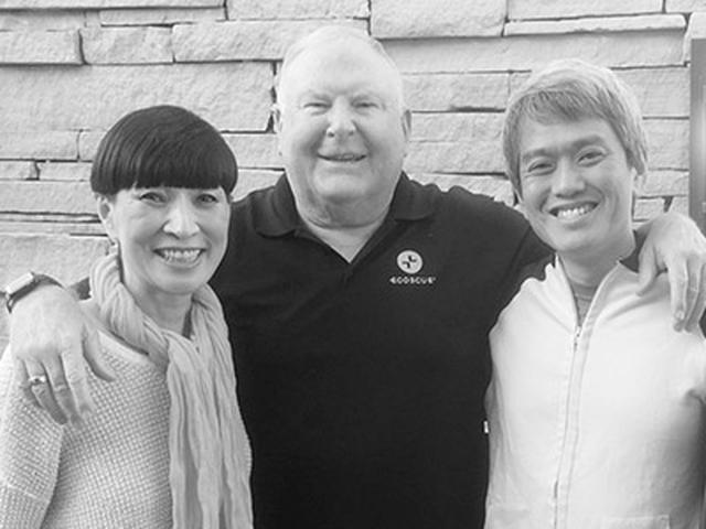 画像: ピート・エゴスキュー氏をはさみ、左はエゴスキュー・ジャパンオーナーの越山雅代氏、右が私