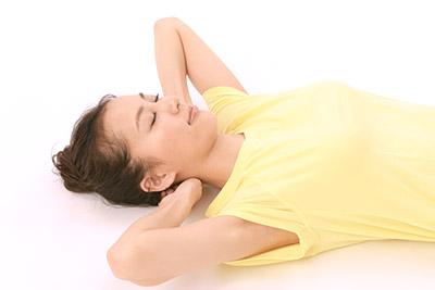 画像: 頭の後ろをほぐす場合、寝ころんでやってもよい