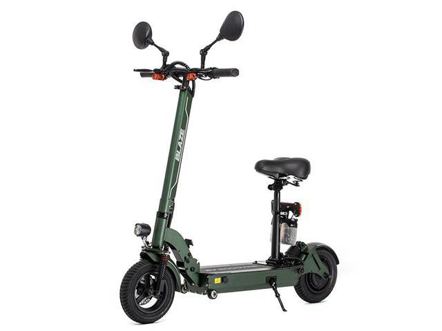 画像: 立ち乗りスタイルで利用するユニークな折り畳み電動バイク