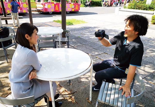 画像: カメラを意識させず会話をしながら撮影。片手でカメラを持っていても手ブレ補正機能が助けてくれる。