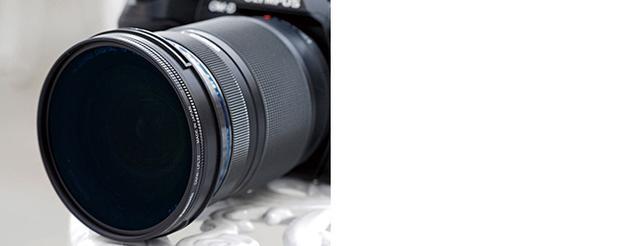 画像: レンズにPLフィルターを装着したら、フィルター前枠を回転させ、反射除去効果を調整する。