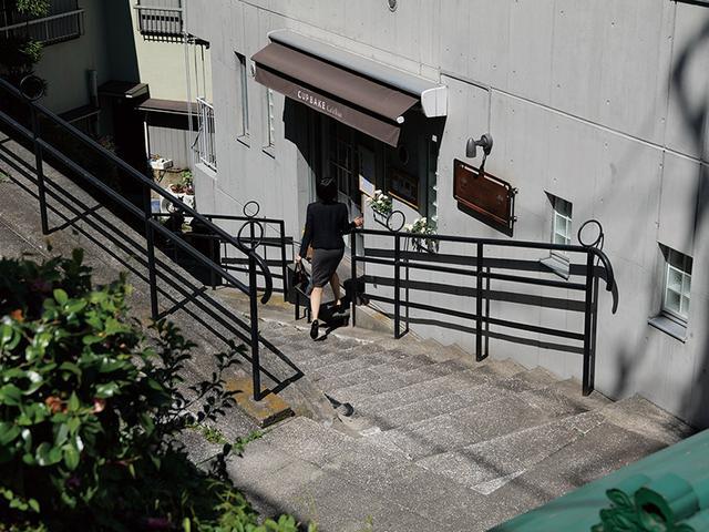 画像: 階段を降りている人が店に入る瞬間をパッと撮ったが、人物にも階段にもピントが合った。