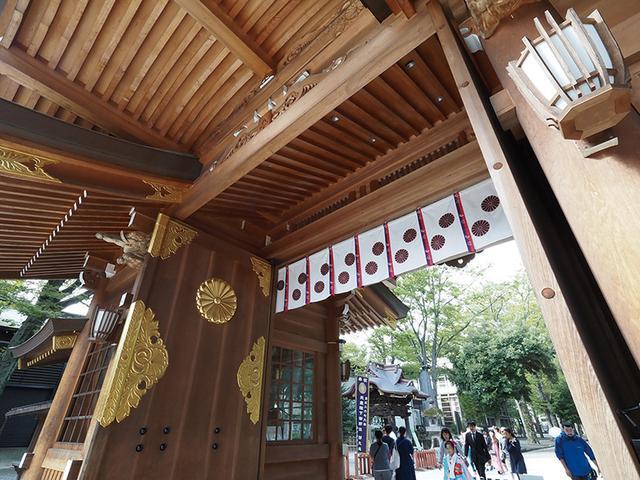 画像: 35ミリ判換算16ミリ相当の超広角で、神社のりっぱな門を見上げるように写した。