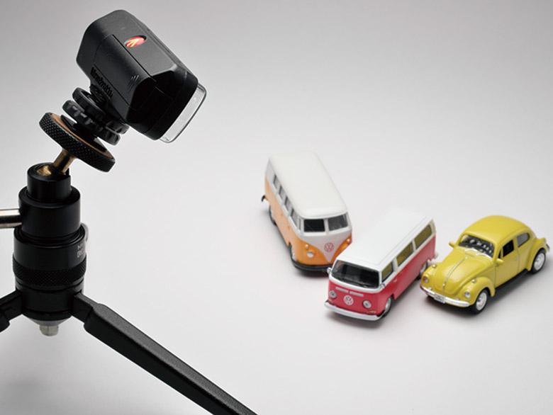 画像: 上の写真はこのようにして撮影。小型のLEDライトの場合、ミニ三脚をスタンド代わりにできるし、持ち運びにも便利。