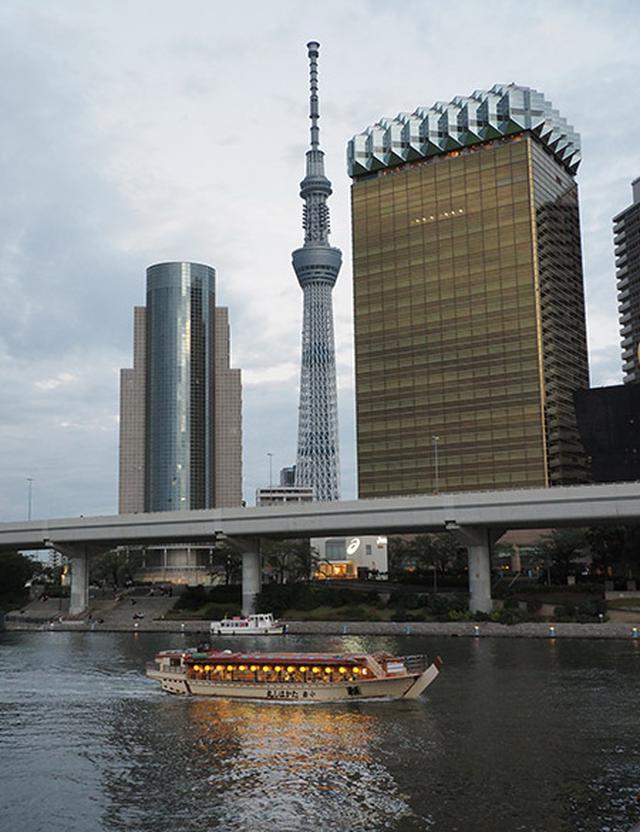 画像: 隅田川越しの東京スカイツリー。明かりを灯した屋形船が入る瞬間を待って撮影した。