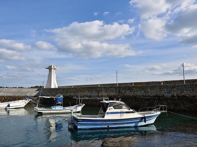 画像: 防波堤にある白い燈籠と、海に浮かぶ舟。それだけでも絵になるが、青空を広めに入れて開放感を高めた。