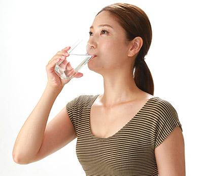 画像: 腸を冷やさないよう常温の水がお勧め