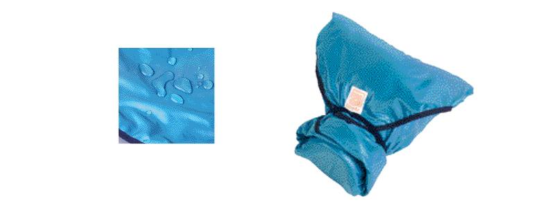 画像: 表側には水を弾く撥水生地を採用。機材を包み終えたら、角に取り付けられたゴムで固定する。