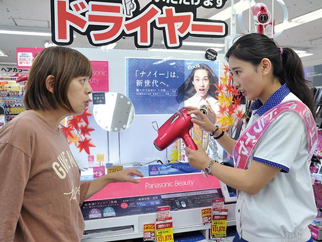 画像: 売り場で効果を実感し、納得して買う人が多い。 購入層は、女性8割、男性2割 。プレゼントとして選ばれるケースも。