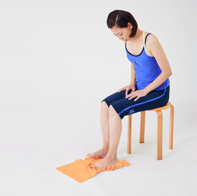 画像: 左右の足の指で交互につかむ