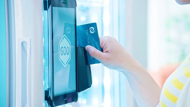 画像: クレジットカードを通すと、開錠され商品が取り出せる。商品は自動で端末に読み取られるので、購入ボタンを押せば購入完了となる。