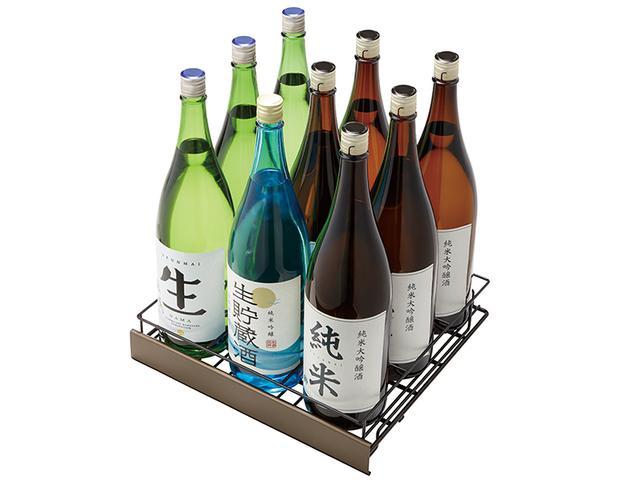 画像: 通常の冷蔵庫の場合、一升瓶はたいてい棚に横に寝かせて保存するもの。この冷蔵庫は中段に縦置きで9本の一升瓶、上段には四合瓶が12本、下段には小瓶が8本入る。
