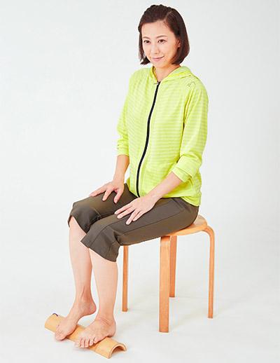 画像: ふらつきがある人はいすに座って青竹を踏む