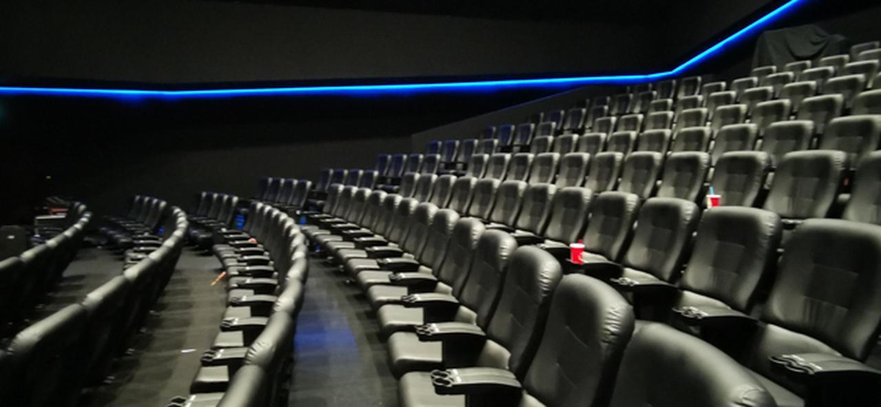画像: ドルビーシネマの劇場内部。椅子は反射しないようにマットな革張り。呆れるほど映像美NIこだわった仕様。