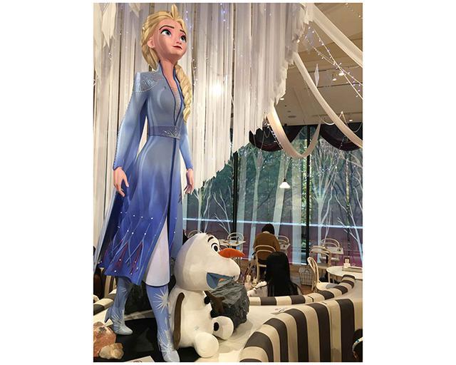画像: 等身大のエルサとオラフのフィギュアが、店の中央に飾られている