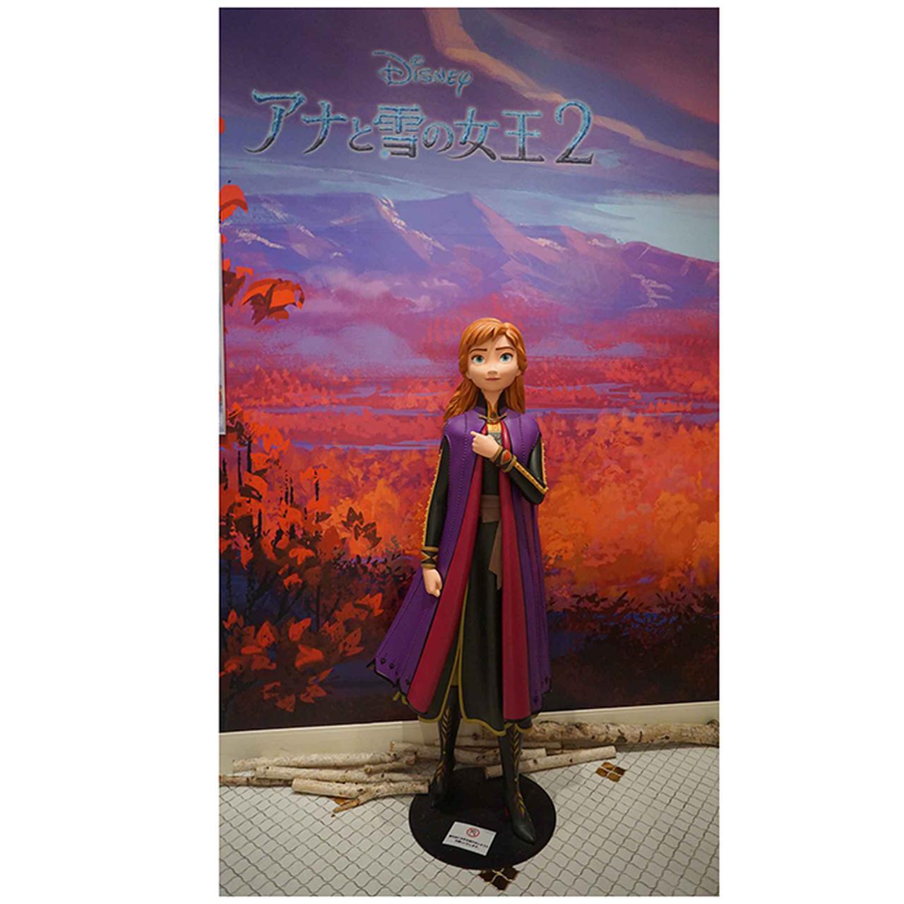 画像: 入店すると、まずアナの等身大フィギュアが出迎えてくれる