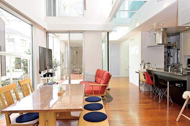 画像: 須藤先生のご自宅のリビング。生活感がありながらも、床にもテーブルにもキッチンにもモノは置いていない