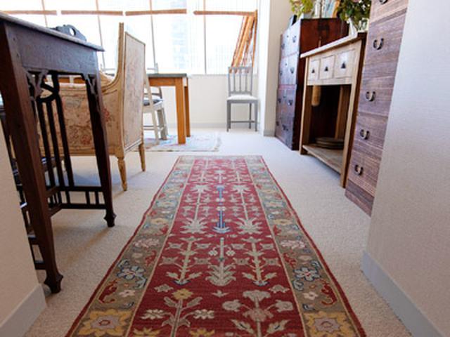 画像: 人が通りやすいところはカーペットの上にラグを敷くと、カーペットが汚れにくくなり、長く使える