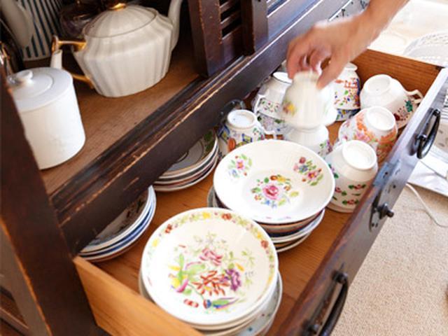 画像: 帳場箪笥にはコーヒーカップやポット、カトラリーを収納。アンティークならではの趣で中の食器が引き立つ