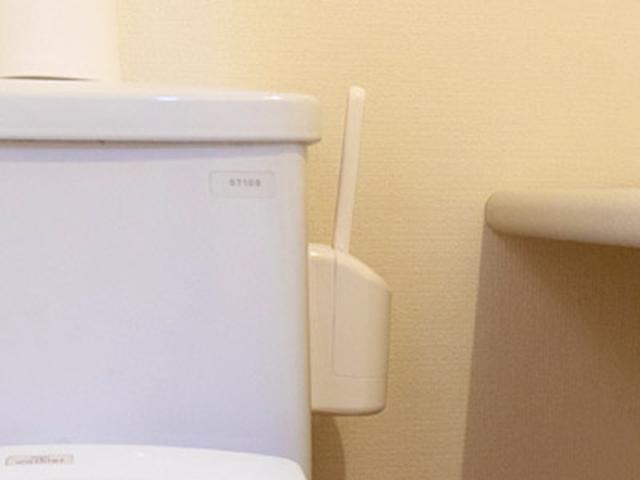 画像: トイレブラシは床に置くと掃除のじゃまになるので、吸盤がついているものを選びタンクの横に収納
