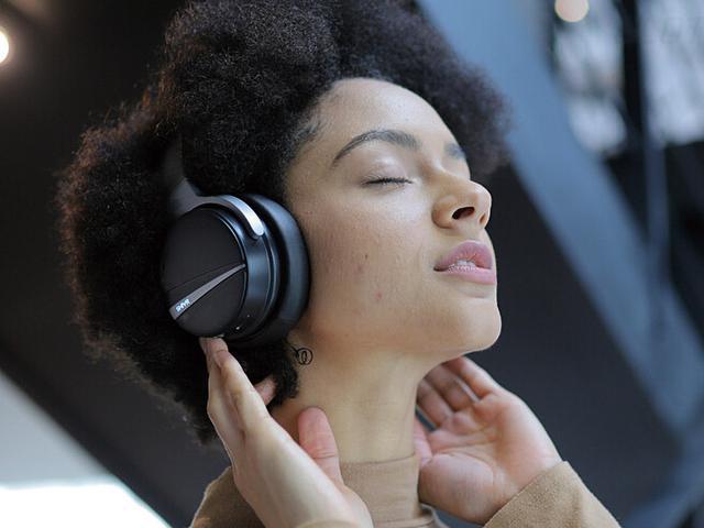 画像2: 頭内定位を抑えた立体的な音が楽しめるワイヤレスヘッドホン