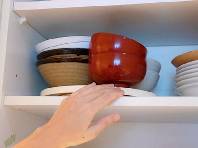 画像: 小さい食器はラウンドテーブルに乗せておけば、回すだけで奥にあるものが取り出しやすくなる
