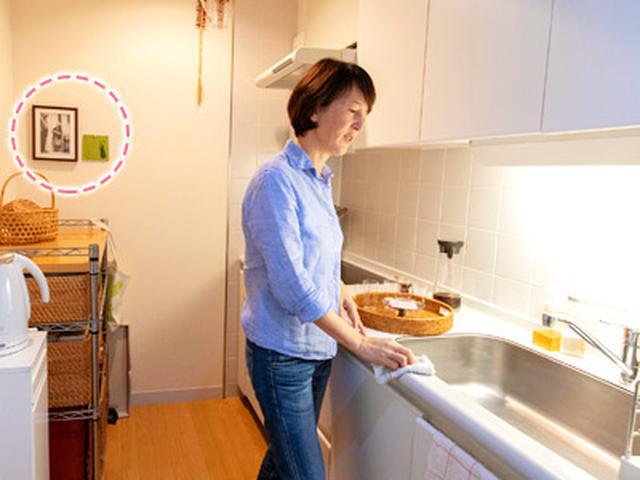 画像: キッチンのカウンターには物を置かないので掃除しやすい。洗い物の後、水滴を拭き取ってカビを防止