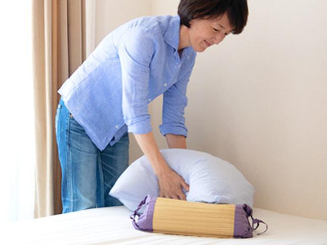画像: 枕は軽くたたきながら形を整える。こうすると空気が入って、湿気を取り除きやすくなり、清潔感が保てる