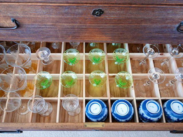 画像: 桐箪笥の中に仕切りを作ってもらって、グラスや湯呑を指定席に収納。取り出しやすく、割れにくい