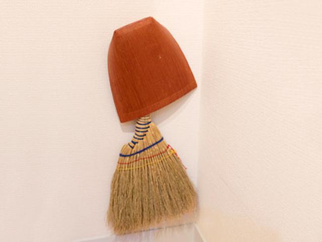 画像: 床に落ちた髪の毛は、ほうきでサッと掃く。デザインがすてきなほうきとちりとりは、壁につるしてインテリアっぽく