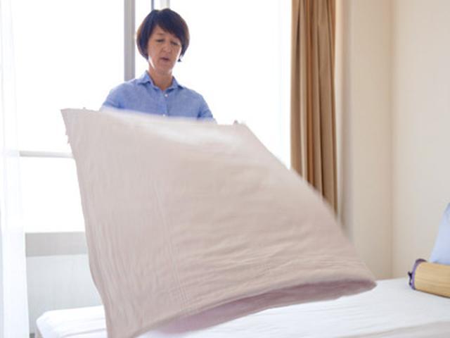 画像: 掛け布団は寝ているときに下になっていた面が外側になるよう2つ折りにして、ベッドの上に置く