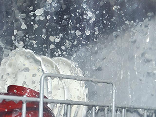 画像: ❸ 上下からお湯を噴射。高さ2メートルまで飛ぶ 強力水流が汚れにアタック 。