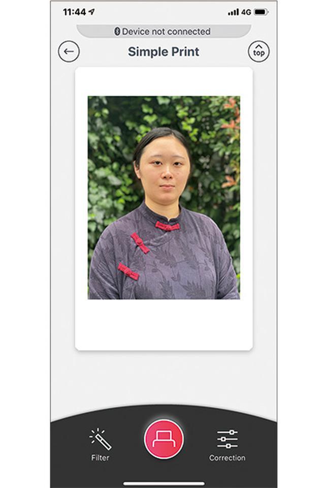 画像: スマホにインストールした専用アプリを起動し、写真を選んでプリンターに転送。組み写真や、動画から選んだ1コマをプリントすることも可能。