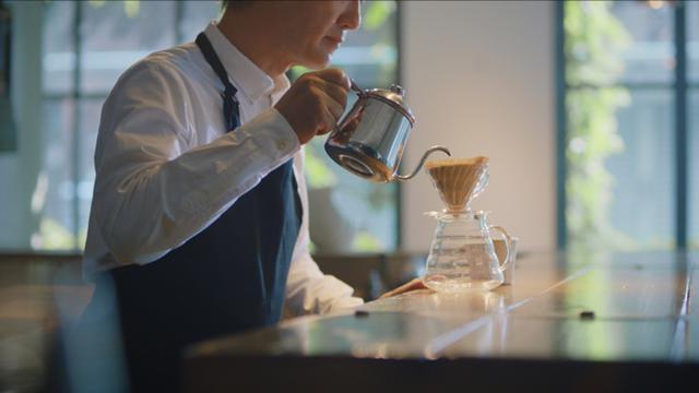画像: 日本の喫茶店ではハンドドリップによる美味しいコーヒーがごく当たり前に楽しめるが、海外では注目が集まりサードウェーブコーヒーにも取り入れられている www.cocacola.co.jp