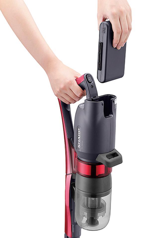 画像: バッテリーは着脱式。掃除機のパワーが増したことで、複数個使えることの優位性が、より高まった。