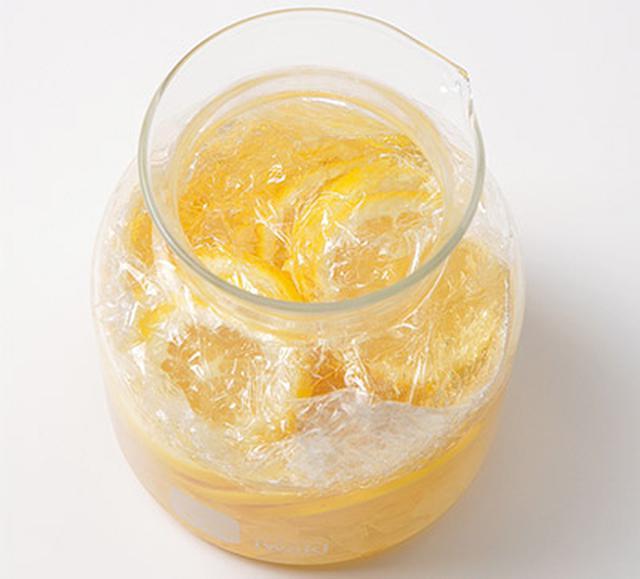 画像: レモン酢は常温で1年保存が可能だが、漬けたレモンが空気に触れた状態が続くと、レモンが劣化してカビのようなものが生えることがある。そのため、液体が減ってきた分だけ漬けたレモンを引き上げて、なるべくレモンが液体に漬かっている状態を保つようにする。レモン酢の表面に、ラップなどで落としぶたをしてもよい。