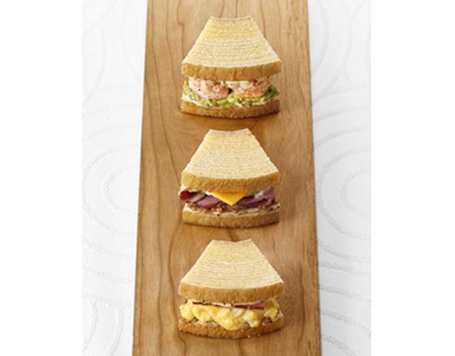 画像: 特製バームクーヘンで具を挟んだサンドイッチも人気。