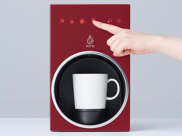 画像: 操作は、水とカプセルをセットし、タッチパネル式のボタンでメニューを選ぶだけ。コーヒーを淹れ終わると、軽快なギター音で知らせてくれる。 本体サイズは、幅18センチ×高さ28.5センチ×奥行き21センチ 重量は、3.6キロ。