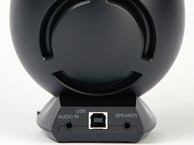 画像: 右スピーカーの台座部分に、USB TypeB端子とアナログ音声入力端子(ステレオミニ)、左スピーカーと接続する端子を搭載。