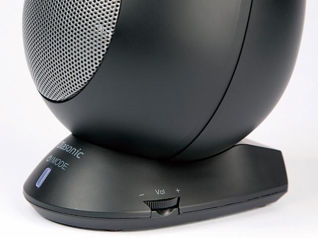画像: 右スピーカーに音量調整ダイヤルを装備。正面の電源ボタンは、入力切り替えも兼ね、USBやブルートゥースなど、接続先で色が変わる。