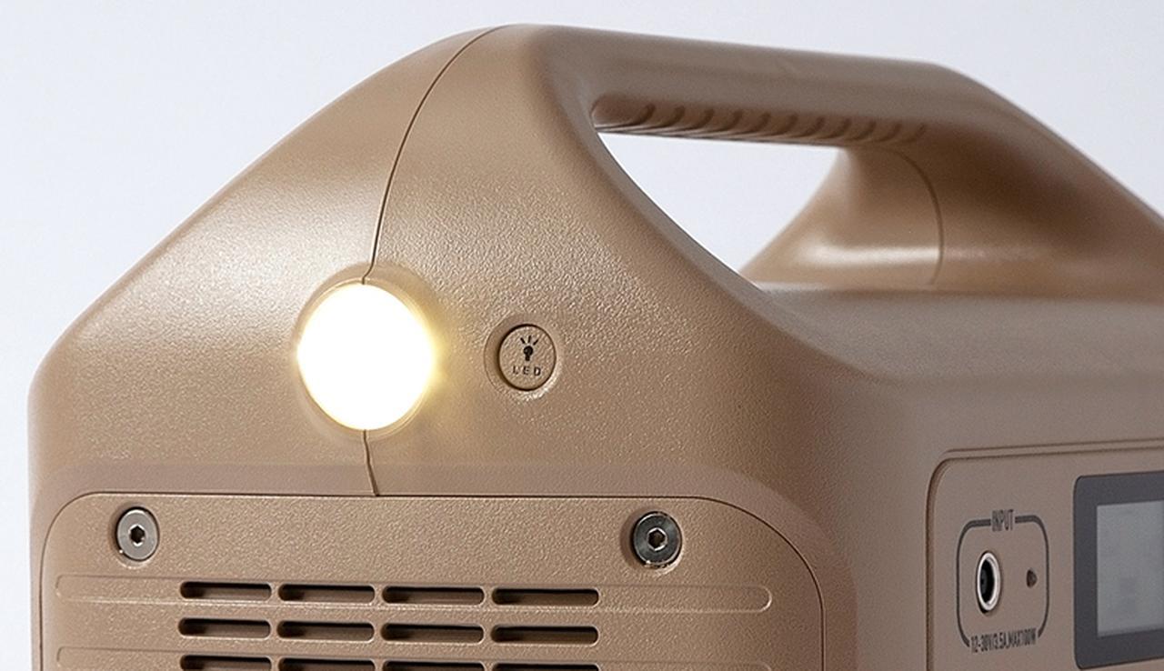 画像: 側面に1ワットのLEDライトを搭載。便利な装備だが、本体が6キロなので手持ちでの利用には向かず、使い勝手に一工夫欲しいところ。