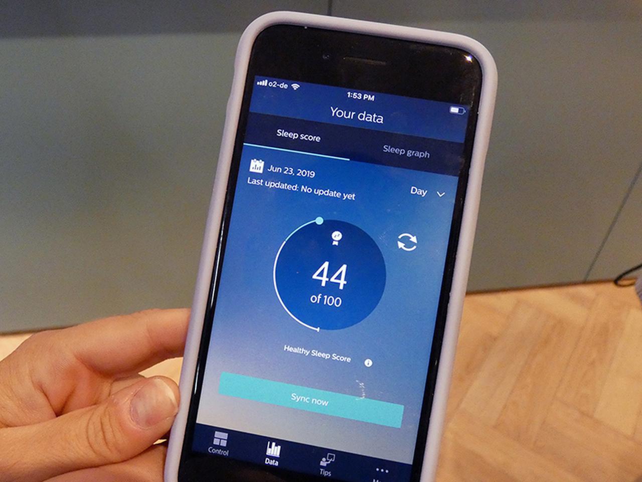 画像: 睡眠状態と睡眠スコアは専用のアプリ「SleepMapper」で確認 でき、オーディオトーンによる深睡眠の持続時間が確認できる。アプリとの通信はブルートゥースを使用。