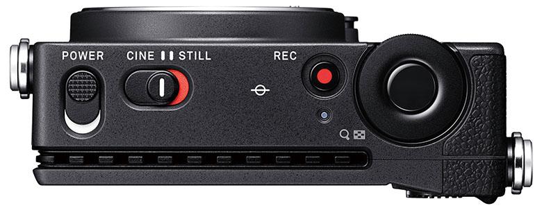 画像: 「CINE」と「STILL」と表記されたモード切り替えスイッチが目新しい。背面に沿って設けられたすき間は、イメージセンサーなどから発せられる熱を放出するヒートシンクだ。